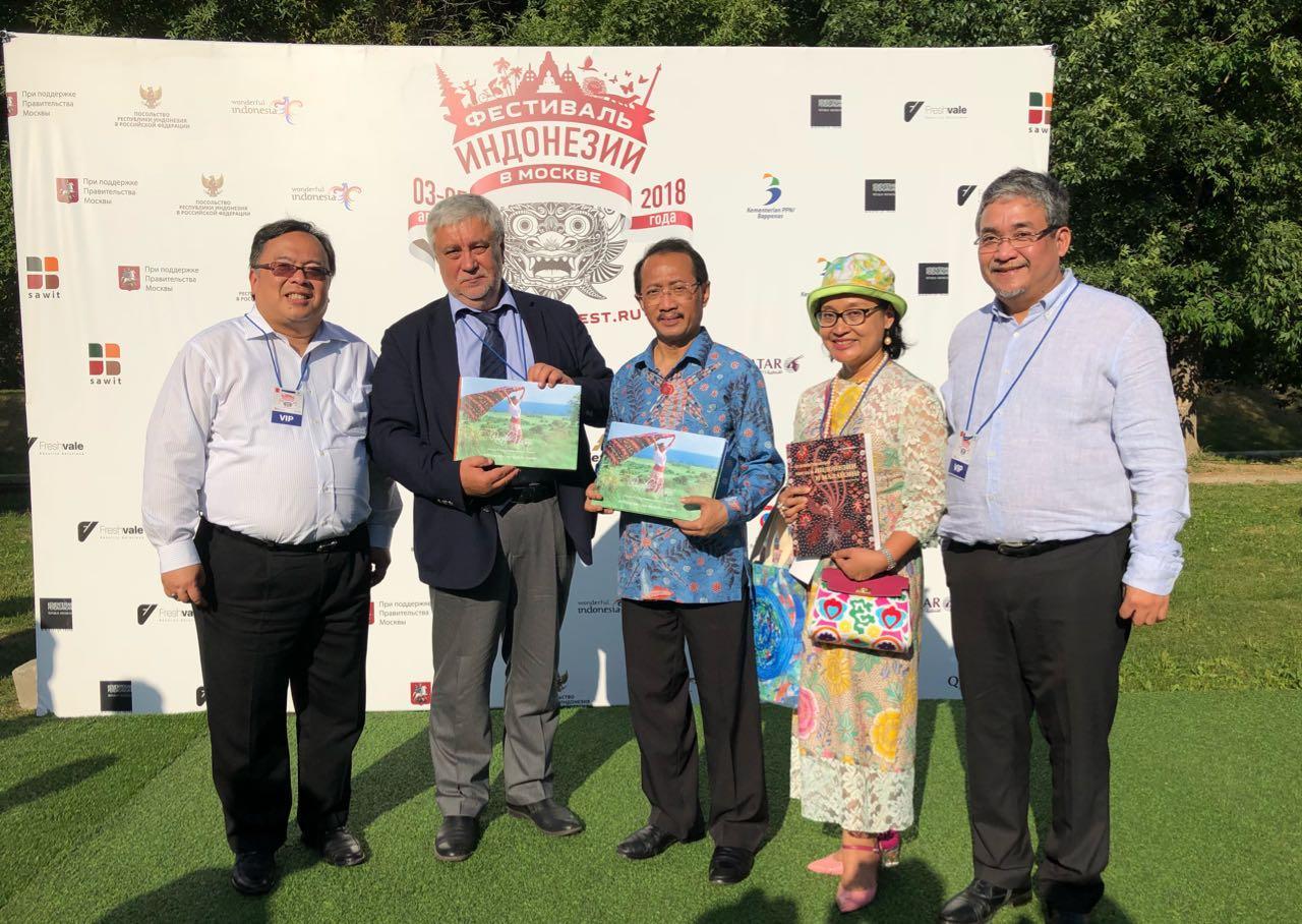 Ria Pasaman (IWAPI-Jaksel) Ikuti Festival Indonesia Moscow 2018.