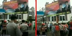 Warga-Pasang-Badan-Tolak-Penurunan-Baliho-Prabowo-Presiden-Yang-Mau-Diturunkan-Aparat