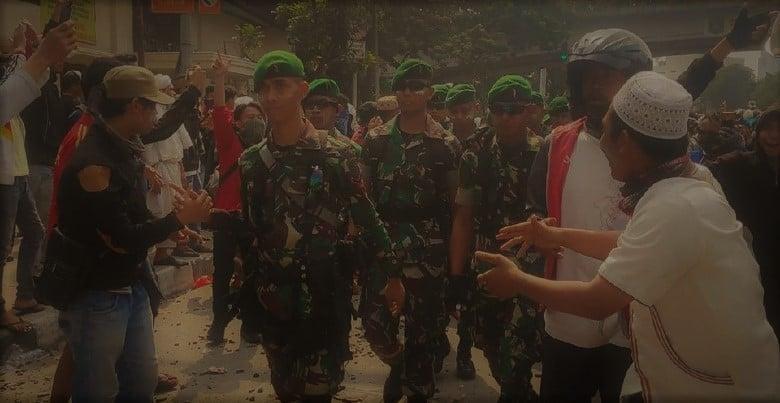 "Massa Pendemo: ""Hidup TNI"""