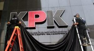Aksi-Tolak-Revisi-UU-KPK-Logo-KPK-Ditutup-Kain-Hitam-iwan-1