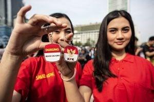 Massa dari Srikandi Cinta Tanah Air menujukkan pin saat melakukan aksi ketika berlangsungnya Hari Bebas Kendaraan Bermotor (HBKB) di kawasan Bundaran HI, Jakarta, Minggu (15/9/2019).