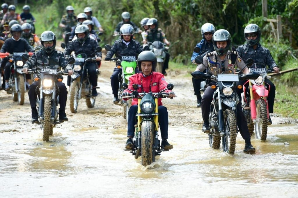 Kendarai Motor, Presiden Jokowi Jajal Jalan Perbatasan Kalimantan