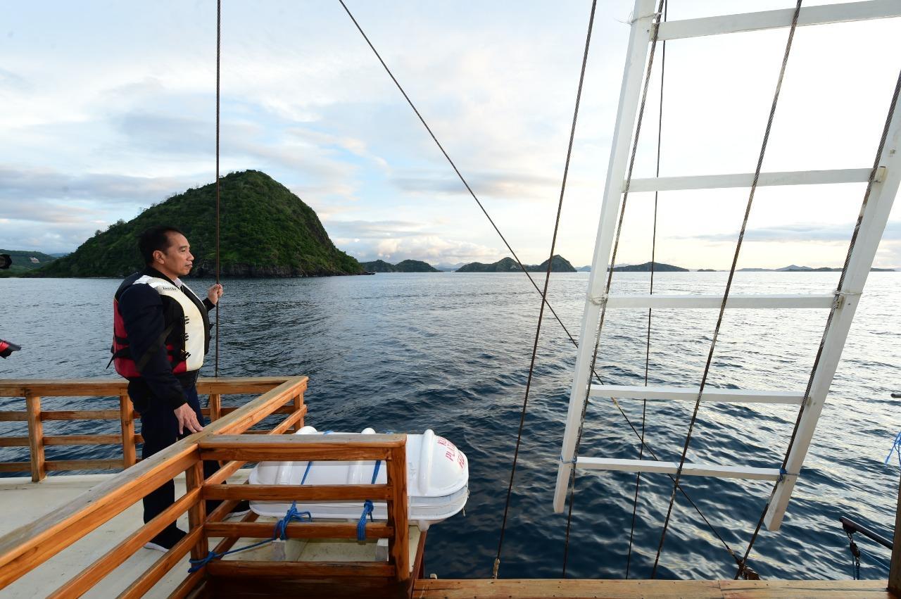 Pose Instragamable Presiden Jokowi di Kapal Phinisi