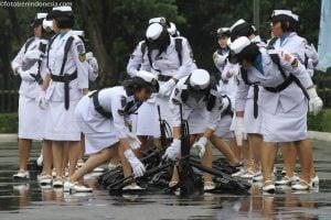 Pasukan Korps Wanita Angkatan Laut (Kowal) menata senjata seusai mengikuti upacara militer peringatan HUT Kowal ke-52 di Mabes TNI, Cilangkap, Jakarta, Selasa (13/1).