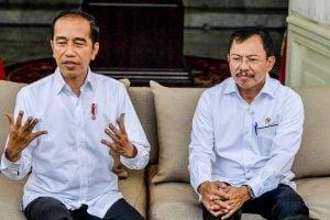 Presiden Joko Widodo (kiri) didampingi Menteri Kesehatan Terawan Agus Putranto menyampaikan konferensi pers terkait virus corona di Istana Merdeka, Jakarta, Senin (2/3/2020).
