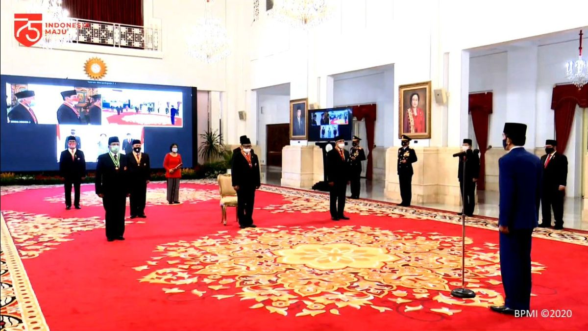 Megawati dan Ahwil Lutan Mendapat Tanda Jasa Kepeloporan di Istana Negara