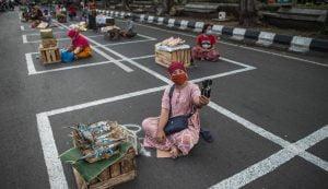 077551800_1591083418-20200602-Kotak-Jaga-Jarak-Pedagang-di-Surabaya-AFP-1