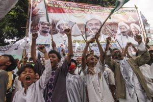 Massa menunggu kedatangan Habib Rizieq Shihab di Markas Besar FPI, Petamburan, Jakarta, Selasa (10/11/2020).