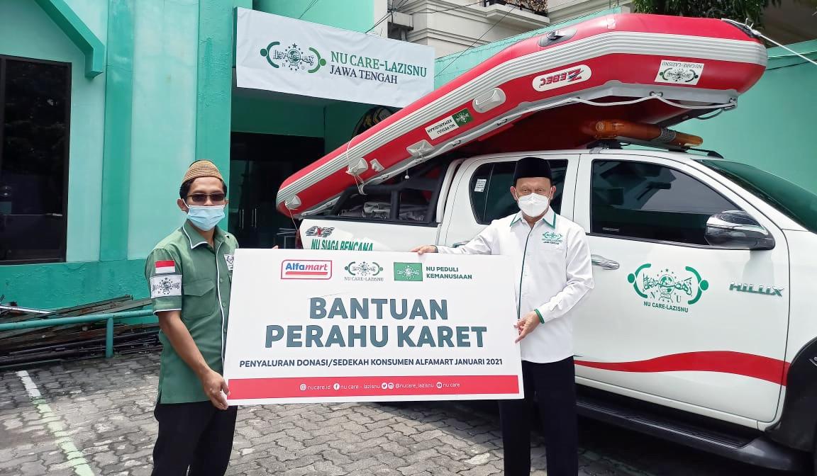 Bantuan diterima langsung oleh Ketua NU Care-LAZISNU Jateng, Muhammad Mahsun. FILE/LAZISNU/Wahyu Noerhadi