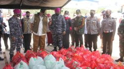 TNI AL, Marinir Distribusi Makanan Untuk Pasien Isoman