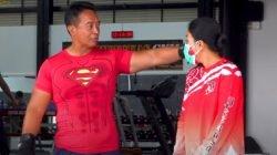 Andika dan Istri Kompak Mengenakan Pakaian Merah